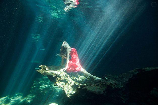 Série de fotos mostra mulheres praticando yoga debaixo d'água