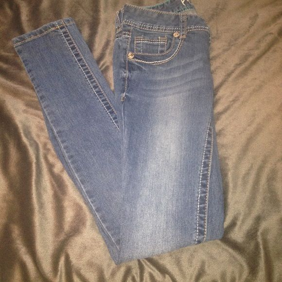Light wash skinny jeans. Low rise, light wash, rue 21 skinny jeans. Perfect condition, never worn. {no trades} {ships within 24 hours of purchase} {accepts offers if price is not firm} {pet and smoke free home} Rue 21 Jeans Skinny