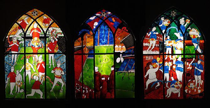 Voetbal heeft alle kenmerken van religie: geloof in hogere krachten, sociale binding met medegelovigen, rituelen en tradities, en de verheerlijking van iconen en charismatische figuren.