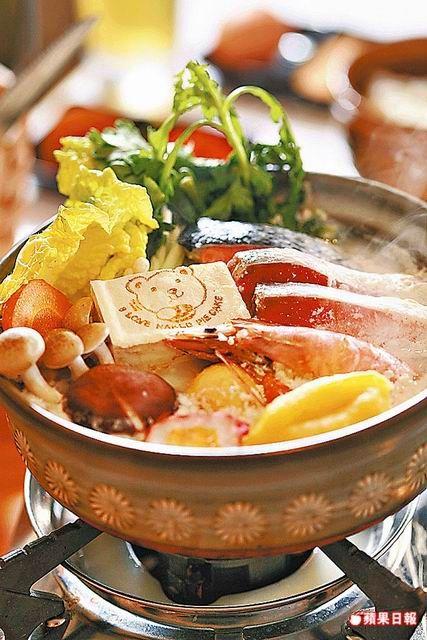 蝦頭豆漿石狩鍋339元 豆漿為湯底,加入鮭魚,蝦子等海鮮,煮滾後飄散豆香。