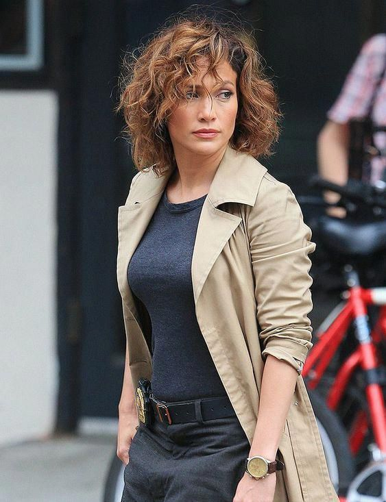 Top 12 Chic Short Curly Hairstyles Inspired By Jennifer Lopez Shortcurlyhairstyles Stile Di Capelli Ricci Capelli Ricci Scalati Medi Capelli