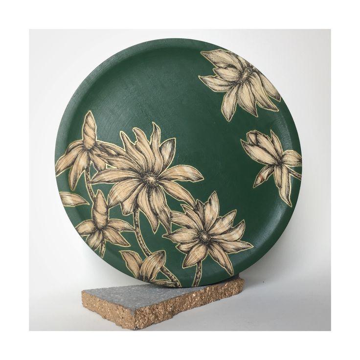 Flower plate green olive 28 cm - ilustrado a mano , acrílico sobre madera .