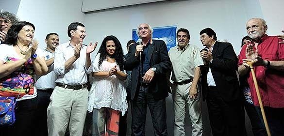 """http://ift.tt/2iF0oSl http://ift.tt/2i87x0l una gran presencia de referentes de sindicatos y organizaciones sociales que componen la Central además de representantes de organizaciones hermanas se dio comienzo a """"una nueva etapa"""" tal como lo aseguró el Secretario General Adjunto Ricardo Peidro durante el acto inaugural.  Rodeado de una multitud que apenas cabía en el espacioso primer piso del nuevo edificio ubicado en Perón 3866 de la Ciudad de Buenos Aires Peidro reivindicó la pluralidad de…"""