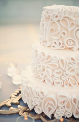 Quilling on a cake!!! Such a creative and beautiful design.