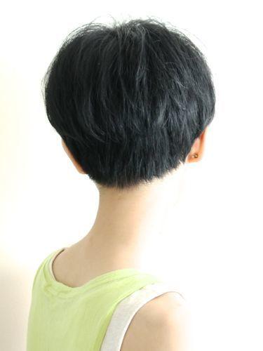 大人のクールショート(担当:堀越真) hs54412   BEAUTRIUM 表参道(ビュートリアム オモテサンドウ)のヘアスタイル・髪型・ヘアカタログを探すなら楽天ビューティ。首まわりがスッキリと見えるようにカットし、トップは女性らしさが残るよう丸いシルエットにカット。スライドカットで束をつくってスタイリングしやすくしています。・・・