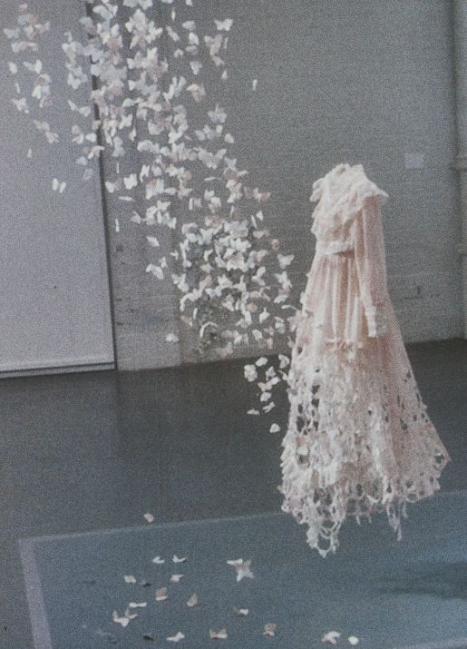 While You Were Sleepingby Su Blackwell: Artists, Paper Dresses, Your Blackwell, Paper Art, Butterflies Dresses, Art Installations, Sublackwel, The Dresses, Corps Bride