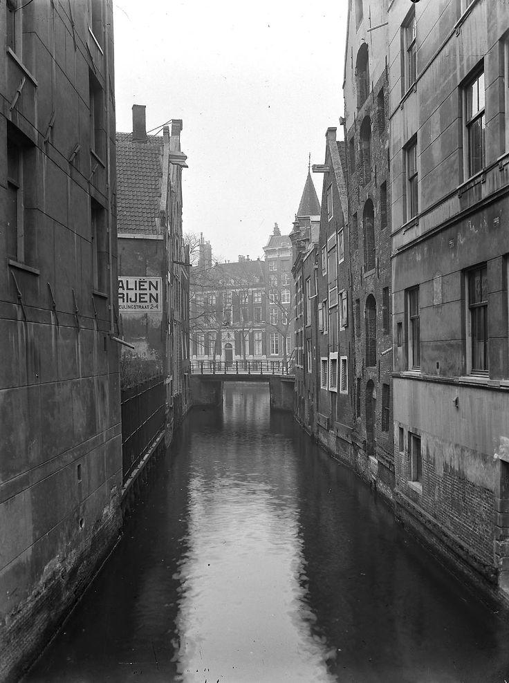 Amsterdam: Beulingsloot; Zicht op Beulingsloot, links de achtergevels van de Beulingstraat, rechts van de Dubbelenworststeeg
