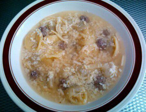 Cappelletti in brodo con polpettini (capeleti no caldo com polpetinhas)   Esta é uma massa meio sopa, uma sopa meio massa, com sabores e texturas incríveis. Em vez de molho, um caldo saboroso complementado com bolinhas de carne (ou frango ou linguiça). Deu vontade? Aproveita que é fácil de fazer! http://wp.me/p2Ts2t-R1