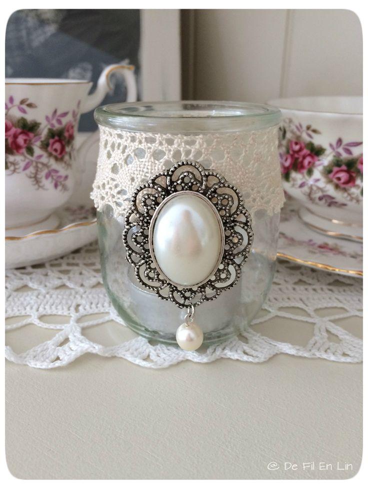 Bougeoir ou photophore Shabby Romantique avec sa dentelle et son bijou : Luminaires par de-fil-en-lin