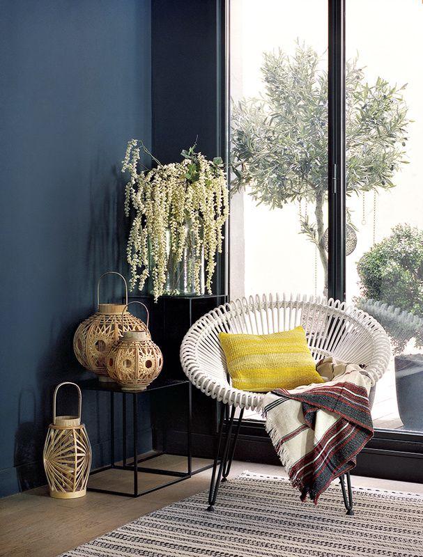Un fauteuil en rotin blanc à l'aise dehors comme dedans (Home Autour du Monde), quelques touches de green, trois lanternes en bambou (Alinéa)… et l'entrée prend des airs de mini-patio. Ajoutez à ça un coussin sunny (Yellow Velvet) et une couverture rapportée du Maroc, et vous voilà déjà loin!