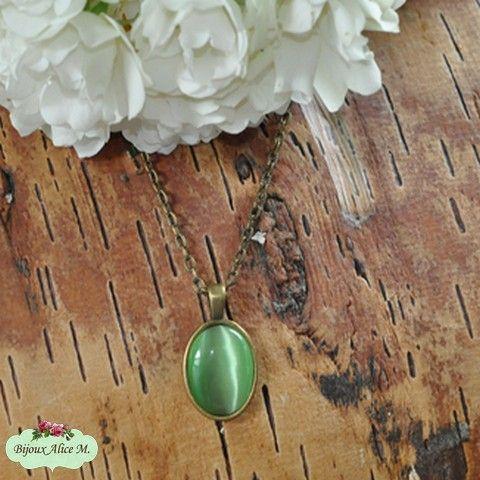 Mit Liebe selbst gemacht Grüne Katzenaugen in einem Anhänger zusammengefügt mit einer Kette in Bronze. Ein perfekter Sommerbegleiter. | Schmuck