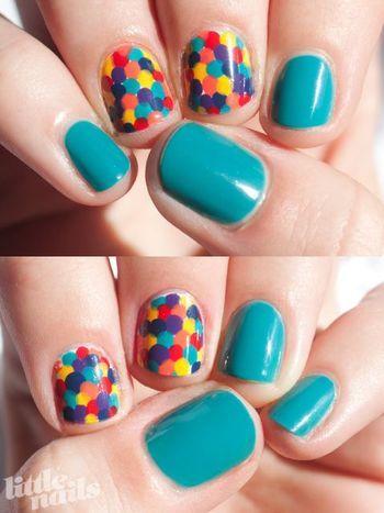 カラフルに。 青、赤、水色、黄色、ピンク、紫。それをランダムに丸くネイルするだけで、ポップでかわいいイメージに。ネイルする指を変えるだけでも、イメージがかわります。