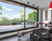 La casa come un teatro: la tendenza costruttiva è realizzare scenografici involucri abitativi completamente trasparenti, che al posto delle pareti presentano maestose porte-finestre, fino a sette met