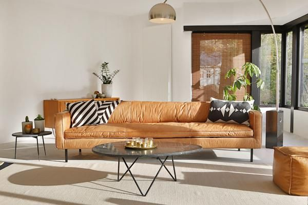 DeGordon cognaclederen sofa van Furnified is ontzettend stoer, comfortabel én mooi.Tijd dus om wat testosteron in huis te brengen! Deze gloednieuwe design zitbank is gemaakt met hoogwaardig anilineleer, een leersoort gekleurd in een natuurlijk verfbad en afgewerkt met een soepele beschermlaag.