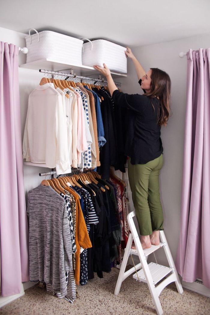 Une Double Penderie Ouverte Dans Un Coin De La Chambre Faire Un Dressing Idee Dressing Comment Faire Un Dressing