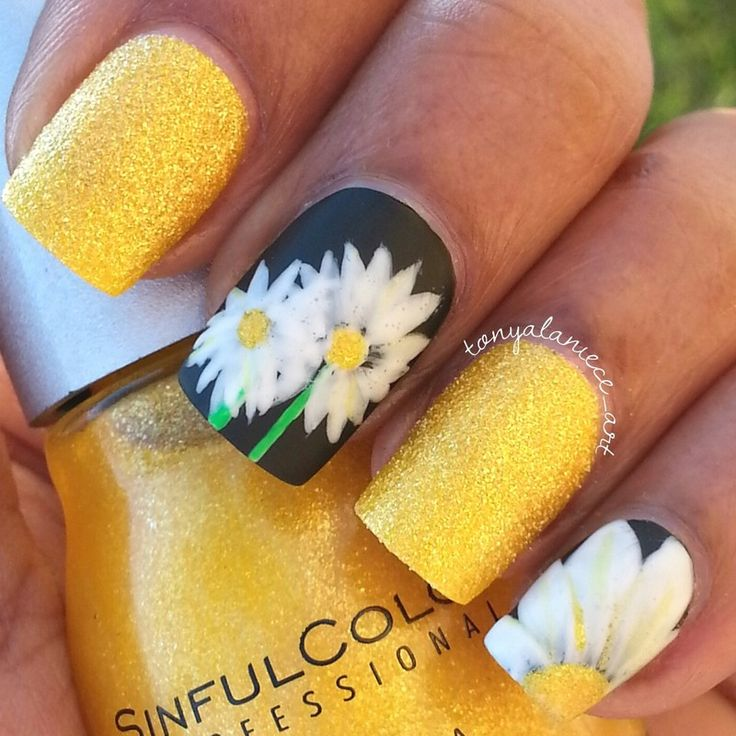 Daisy and gold nails. Beautiful and so summery.
