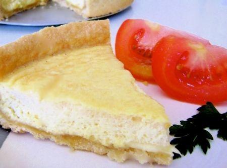 Receita de Quiche de cebola da Nina - Massa:, 2 xícaras de farinha de trigo, 200g de margarina, 2 colheres (sopa) de água gelada, 1 pitada de sal, Recheio:, 3 cebolas, 1 cubo de caldo de galinha, 2 colheres (sopa) de farinha de trigo, 2 colheres (sopa) de margarina, 1 copo de leite, 200g de queijo minas, 1 dente de alho, sal, pimenta do reino e queijo parmesão a gosto