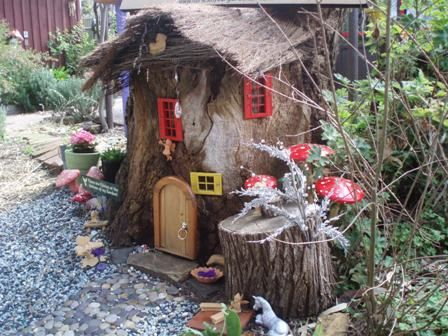 Tree stump fairy house!  This is what I could do with all my mom's tree wood from the recently lumbered tree!