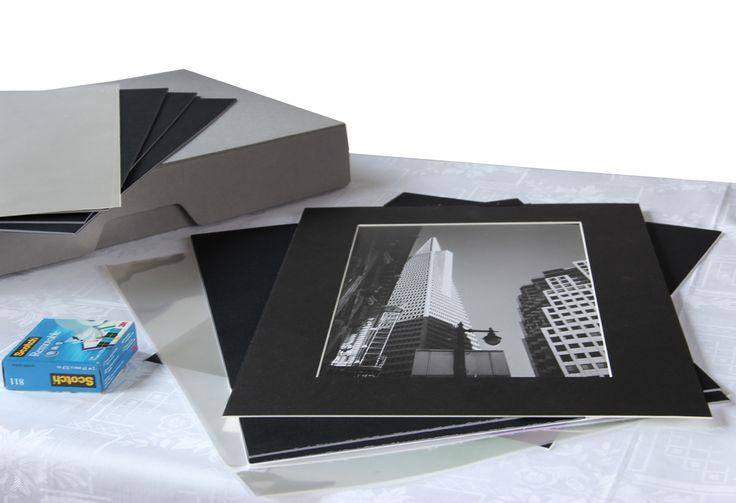 KIT PRESENTAZIONE - GRIGIO - per stampe: A4 / 20x30 / 24x30  Kit completo di tutto ciò che ti serve per presentare al meglio le tue foto:  1 scatola Fly One 30x40 cm ACID FREE GRIGIA; 25 Passepartout formato esterno 30x40 cm spessore 1,3 (scegli tu il foro e il colore); 25 buste trasparenti Art Protector 30x42 cm;  Scotch nastro adesivo 3M removibile IN OMAGGIO   info@fotomatica.it | www.fotomatica.it