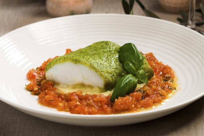 Forrett: Salat fra Lyon med posjerte egg og bacon Hovedrett: Urtebakt klippfisk med tomatsaus Dessert: Vannbakkelskuler med blåmuggostkrem