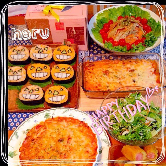 続きまして〜お誕生日のメインは 亜矢子さんの茄子のトマトグラタン を作りました♪ 茄子は、とろんちょ、ホワイトソース とトマトの酸味が絶妙で、とっても 美味しいです(#^.^#) 亜矢子さん、簡単で素敵な グラタンレシピ教えてくれて ありがとうございます(*^^*) 息子、今夜は、早く帰って 来てくれて良かった♡  今日は、SDで知り合って、仲良く してもらってる、デコ巻き寿司の ハナ先生のところへ行って ジャックのデコ巻き寿司を 教えてもらいました♪ 同じく、SDで知り合ったMAAちゃん と、二人で習って来ました(#^.^#) デコ巻き寿司って、こんな風につくる んだって、びっくりしました( - 277件のもぐもぐ - 吉野亜矢子さんの料理 ナスのクリームトマトグラタンと、デコ巻き寿司教室で、巻き寿司ハロウインバージョン by WAKUWAKU4724