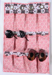 Hanging Shoe Bag  http://typenningtonfabrics.com/sites/all/themes/typennington/TyPennington_Proj_ShoeCaddy_rev2.pdf