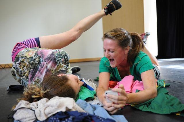 Jongerenvoorstelling LIKE - Theatergroep PlayBack - Wanneer hoor je erbij? En wanneer val je buiten de boot? LIKE is een rauwe, interactieve voorstelling over de pijn van buitengesloten worden en de invloed van social media hierop. LIKE confronteert jongeren met de emotionele gevolgen van pesten. Op interactieve wijze krijgt het publiek inzicht in de mogelijkheden om pestgedrag te stoppen en te voorkomen. Of dat nu in het echt gebeurt of via de digitale media: voor jongeren is er geen…