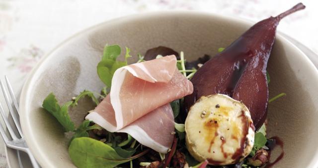 Salade met kruidige gepocheerde peren, geitenkaas, waterkers en Parmaham