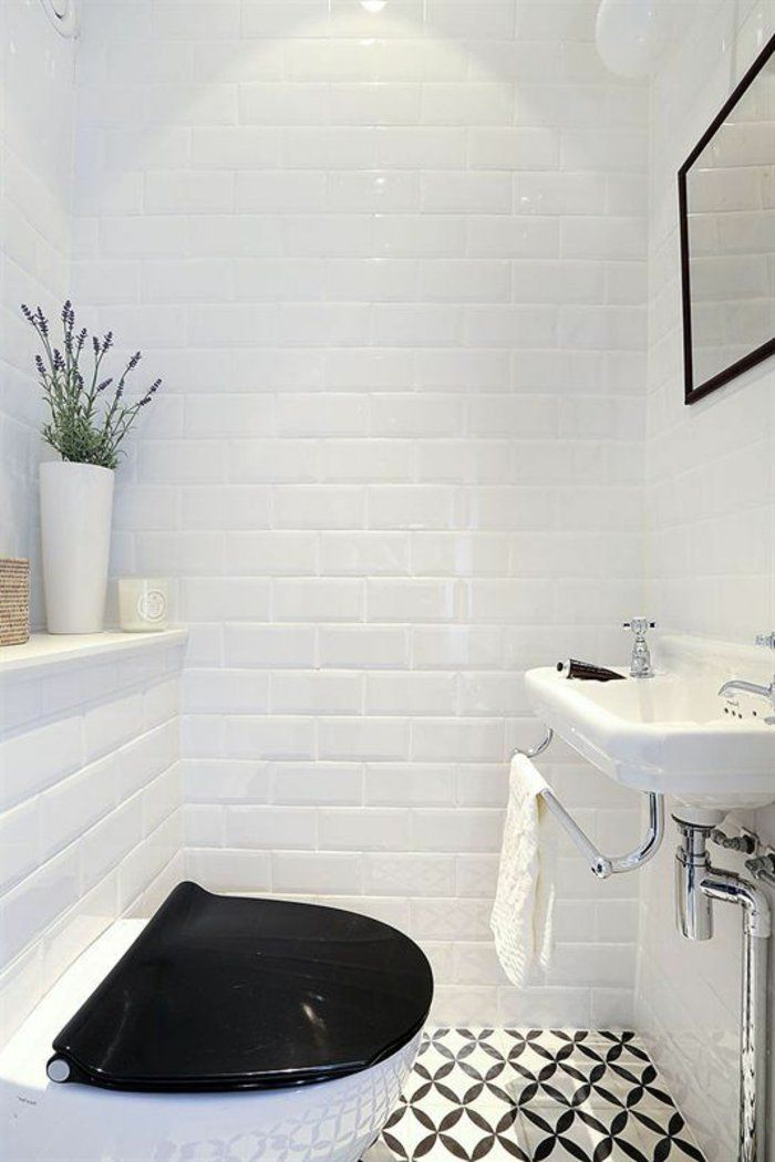 jolie salle de bain avec carrelage blanc et sol blanc noir