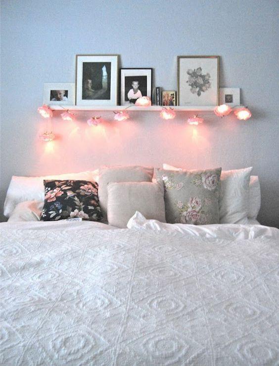 Aménagement chambre ambiance romantique Décoration belle chambre simple avec guirlande lumineuse: