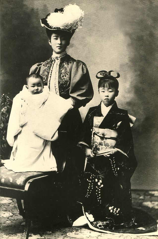Japanese Imperial family's antique photograph.   Nabeshima Itsuko married and became Nashimotonomiya-Itsuko.   Nashimotonomiya-Itsuko & her daughters.   The dress which she wears is the thing which a husband gave it from France.   Meiji era. 1909.