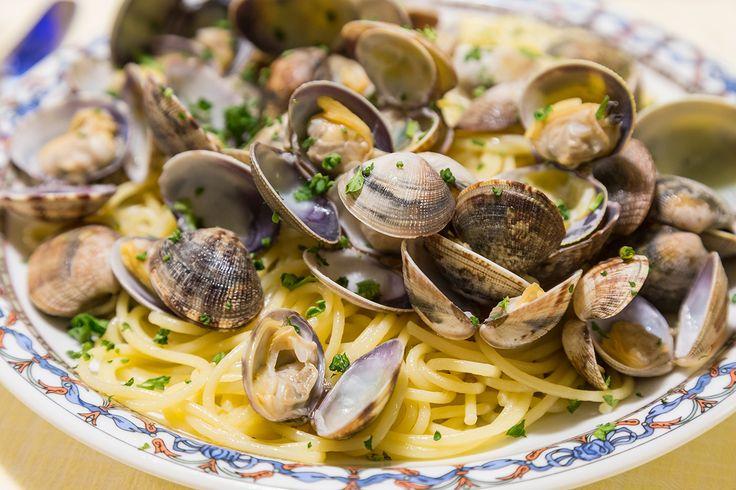 Deze Italiaanse klassieker is heerlijk bij warm zomerweer! De venusschelpen in combinatie met witte wijn, zijn een absolute topper. Smakelijk!