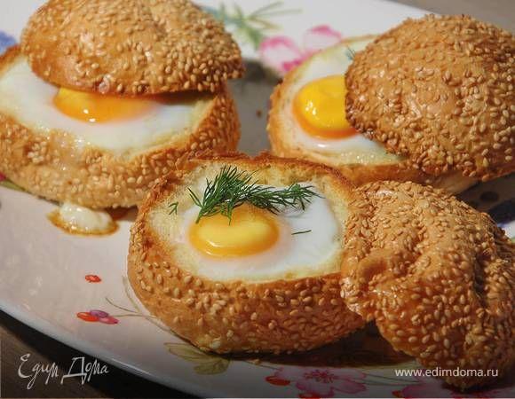 Яйца с семгой, запеченные в корзинках . Ингредиенты: яйца куриные, булочки, сливочное масло