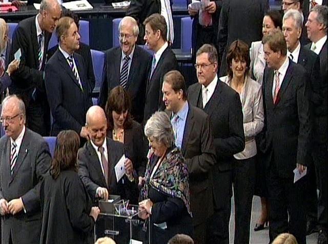 28. Oktober 2009: Manfred Grund an der Wahlurne bei der Wahl Angela Merkels zur Kanzlerin für die 17. Legislatur im Deutschen Bundestag.