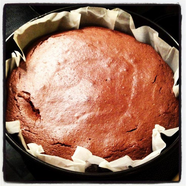 Herlig med krem og friske jordbær <3        Du trenger:   100 g hasselnøtter   150 g sjokolade (minimum 70% kakao)   100 g smør   1 ts esp...