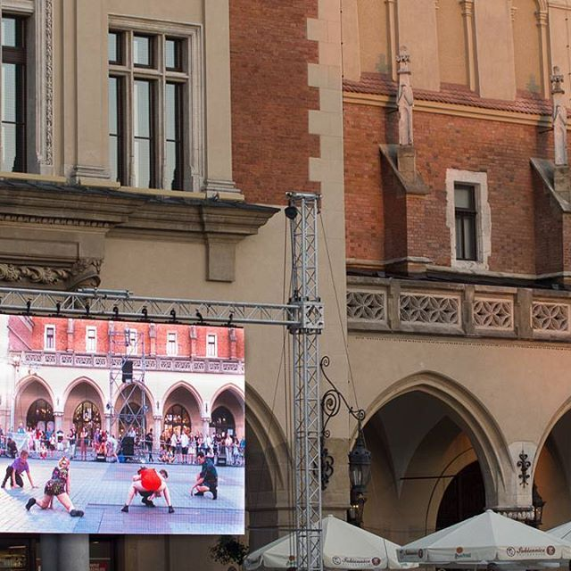 #krakow #dance #performance #celsius38 #aroundcentregroup #street #theatre #festival #30ulica #photo Robert Siwek #sukiennice #taniec #grupawokolcentrum #38C #spektakl #art #photography #photooftheday #beautiful #shot