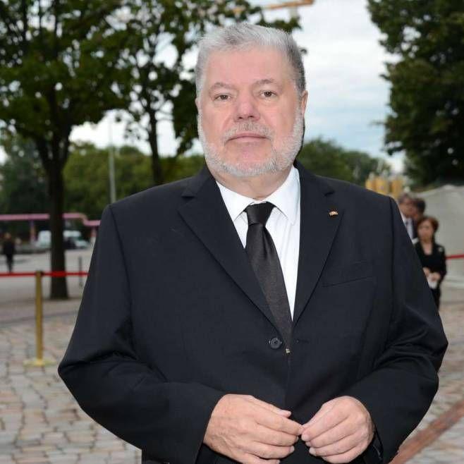 Ex-Ministerpräsident in Reha | Kurt Beck (66) erlitt Schlaganfall http://www.bild.de/politik/inland/kurt-beck/ex-ministerpraesident-erlitt-schlaganfall-44080842.bild.html 2012: Deutschlands dienstältester Ministerpräsident tritt ab. Nach 18 Jahren als Regierungschef zieht sich Beck aus gesundheitlichen Gründen als rheinland-pfälzischer Regierungschef und SPD-Landeschef zurück…