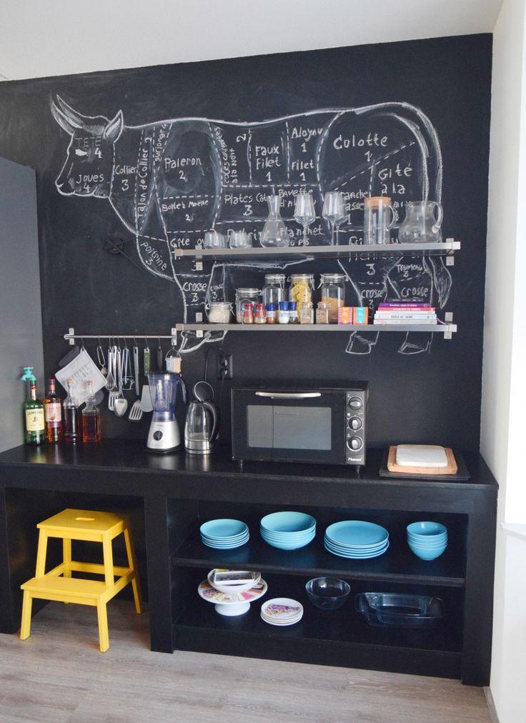 """keuken - Omdat de keuken samen met de woonkamer 1 ruimte vormen hebben we ervoor gekozen om hetzelfde kleurenpalet te gebruiken in de keuken. Met als pronkstuk een grote zwarte muur van krijt verf waar we onze creativiteit regelmatig op loslaten. De open, zwarte """" servies """" kast is zelfgemaakt."""
