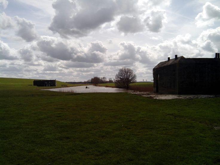 De bunkers van de Battery Nansum werden gebruikt door de Duitsers . Ze zijn te zien bij de dijk in Nansum gemeente Delfzijl.