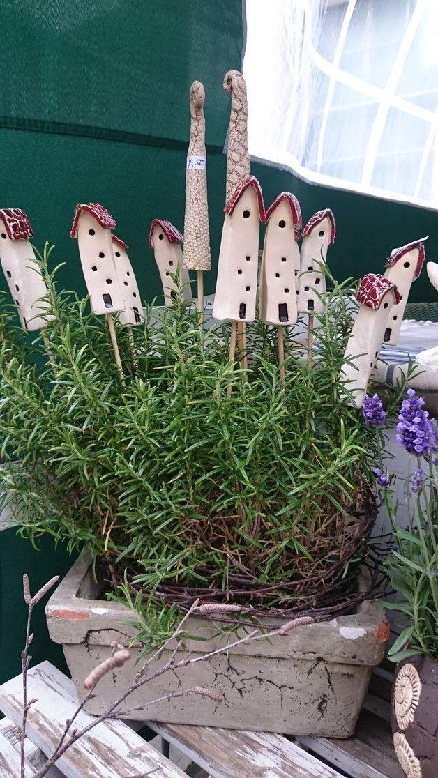 Pflanzenstöpsel in Form kleiner Keramikhäuser für Blumentöpfe und als Dekoration für die