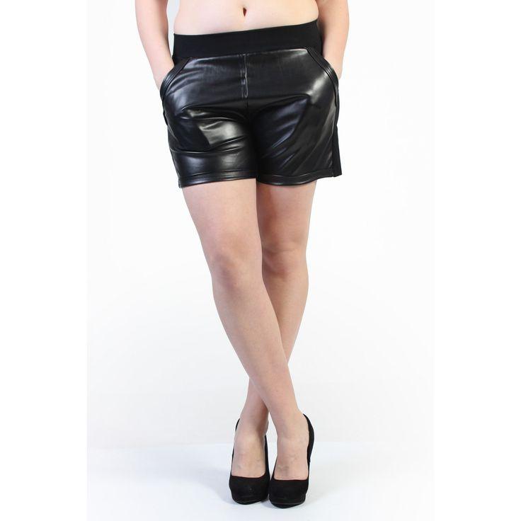 Short jegging à double matières. Que demander de mieux ? Il est disponible en grande taille de la taille 40 à 48 pour un prix de 17,99€.  #Short #HollyMode #RondeEtSexy #grande #taille #femme #cuir http://www.hollymode.fr/fr/shorts-grandes-tailles/177-short-grande-taille-noir-avec-empiecement-en-cuir-vetement-pas-cher-tendance-sexy-.html