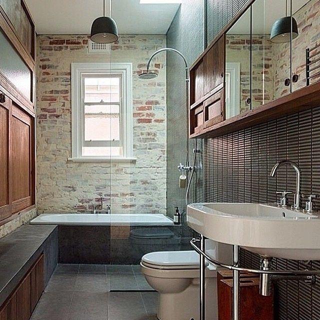 Snyggt badrum i modern stil. Regnduch och badkar