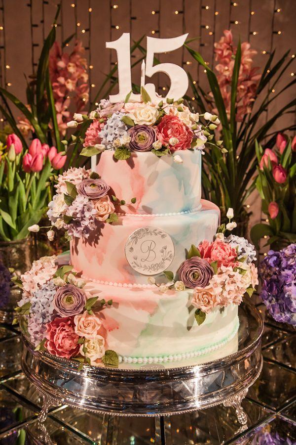 A festa de 15 anos de Bianca Buzaneli teve decoração inspirada em Alice no País das Maravilhas. O bolo e os doces ficaram por conta da Piece of Cake.