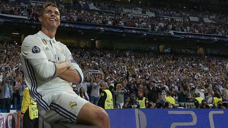 """Espagne / Real Madrid : Ronaldo """"est proche"""" d'un 5e Ballon d'Or selon Zidane - Liga 2016-2017 - Football          Le quadruple Ballon d'Or Cristiano Ronaldo, encensé pour son triplé avec le Real Madrid mardi en demi-finale aller de Ligue des champions,......"""