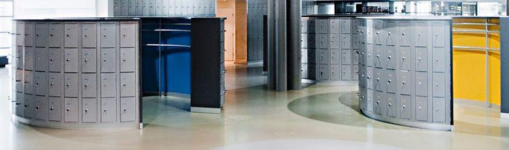 Erikoismalliset PUNTA lokerokaapit Tiedekeskus Heurekan aulassa. Ympyrämuotoisen lokerokaapiston sisällä ovat erikoisvalmisteiset naulakot ulkovaatteita varten.