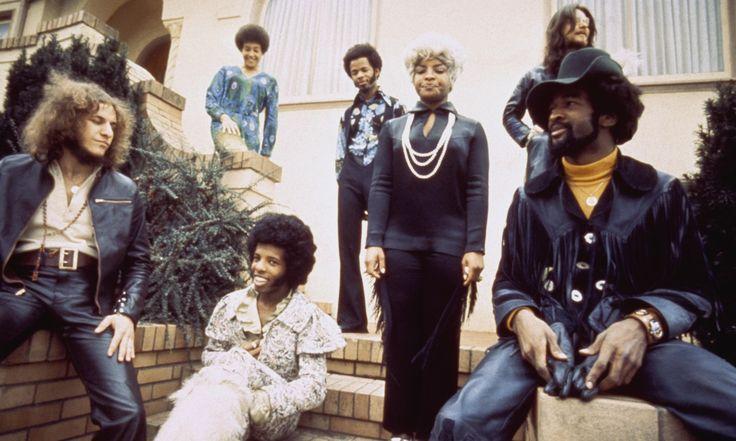"""Sly & the family Stone. Basisten Larry Graham uppfann """"slap-bass"""" som blev karaktäristiskt för funken. Första rockgruppen att bestå av både vita och svarta, kvinnor och män."""