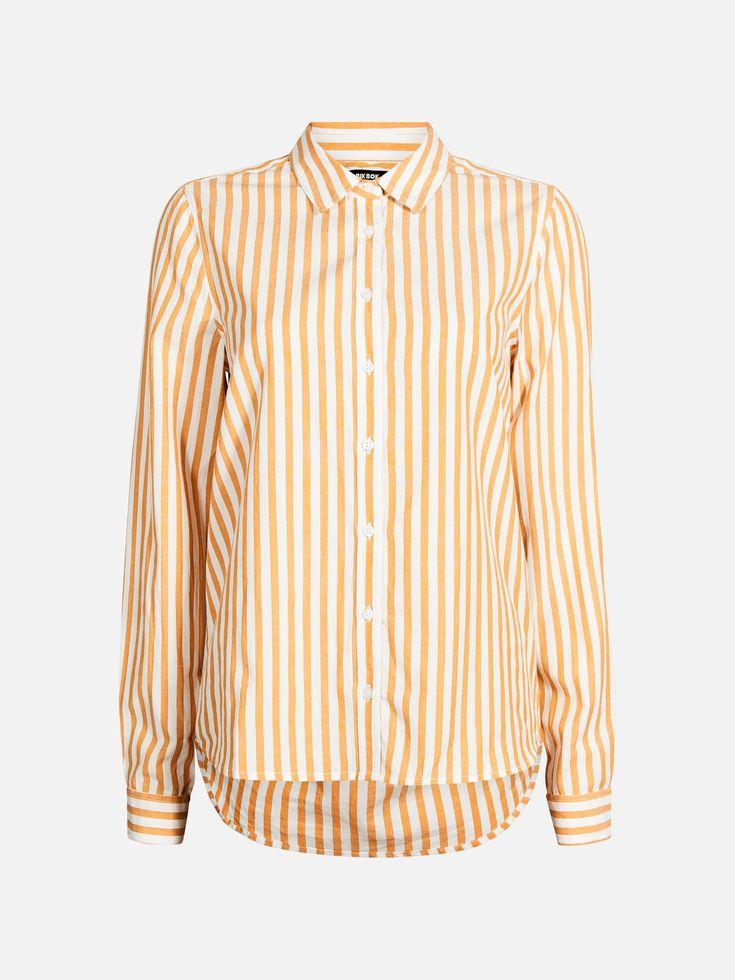 Klassisk skjorte i bomull og med knappestolpe i front. Bakstykket nederst er avrundet og en anelse lenger. Løstsittende modell. Modellen er 179 cm høy og ha Multi