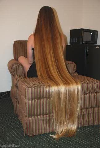 She looks like rapunzel!! I wish I had fantasy long hair like this ❤❤