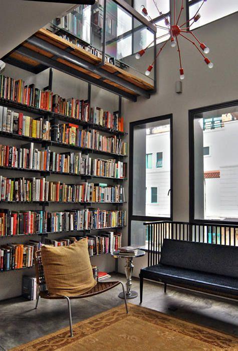 Elementos claves para un buen espacio, doble altura, buena iluminación, un buen candelabro y muchos libros!