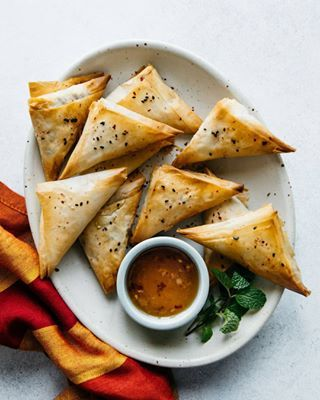 finally(!) cooking my way through the cookbooks i got for christmas and made these baked leek/pea/mint samosas from @meerasodha's 'fresh india'. omg trying to make these things in filo pastry totally stressed me out, but, oh man, the crispy, flaky exterior is FAB once it's baked. definitely worth the effort. . . . . #samosa #vegetarian